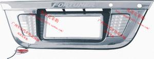 Хромированная накладка под гос.номер с фонарями заднего хода для TOYOTA FORTUNER 2008-2010