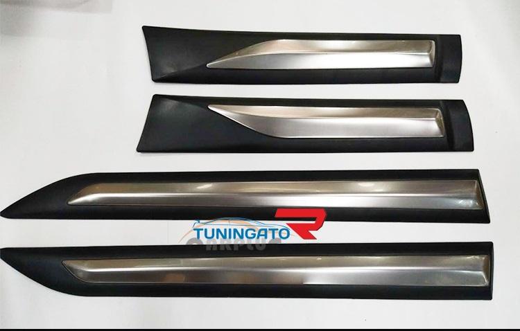 Молдинги боковые с хромом на двери для Toyota Fortuner 2015+