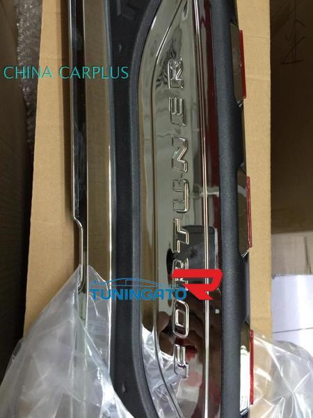 Накладка на задний бампер с повторителями стоп сигнлов на Toyota Fortuner 2012
